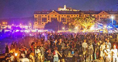 Menschen vermischen sich in der magischen Nacht der Sommersonnenwende auf Ibiza