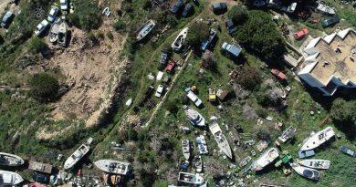 Letzte Frist, den privaten Schrottplatz zu räumen – Mittlerweile sind es 41 Fahrzeuge und 59 Boote, die bei Cala Tarida vor sich hinrosten