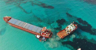 """Seltener Anblick am Strand von Migjorn auf Formentera – Frachtschiff """"River Thames"""" hängt tagelang auf Sandbank fest"""