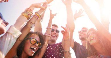 Gesang, Tanz und Lachen sind die Mischung, die zum Ibiza-Urlaub dazu gehören – Grooves aus dem Lautsprecher des Cafeteria-Radios und ausgelassene Menschen