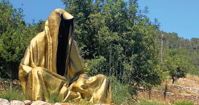 Mächtiger Wächter der Zeit auf der Straße nach Cala Sant Vicente auf Ibiza – Mysteriöse Skulptur von Manfred Kielnhofer gibt viele Rätsel auf